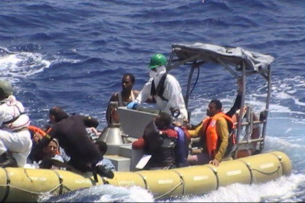 Des migrants sauvés après le naufrage mercredi de leur embarcation de fortune au large de la Libye.