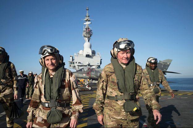 Le général Pierre de Villiers (à g.) et Martin Dempsey, son homologue américain (au centre), en visite sur le « Charles-de-Gaulle », dimanche 8 mars.