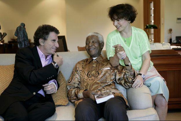 2 février 2006, Jack Lang et sa femme, Monique, dans le bureau de la fondation Mandela, lors d'une interview pour Paris Match. L'ancien ministre vient de lui offrir « Nelson Mandela. Leçon de vivre pour l'avenir », le livre qu'il lui a consacré aux éditions Perrin.