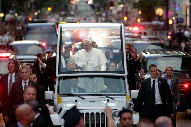 Le pape François salue la foule sur la 5ème avenue, à New York.