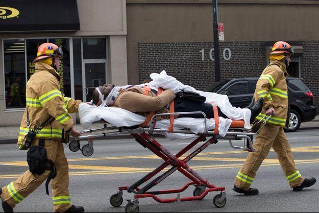 Un train de banlieue a déraillé mercredi matin dans le quartier new-yorkais de Brooklyn, faisant au moins 76 blessés légers.