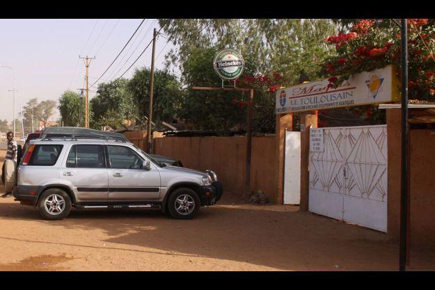 """Les deux otages français assassinés par Aqmi au Niger buvaient un pot à la terrasse du """"Toulousain"""", vendredi soir à Niamey, lorsqu'ils ont été enlevés."""