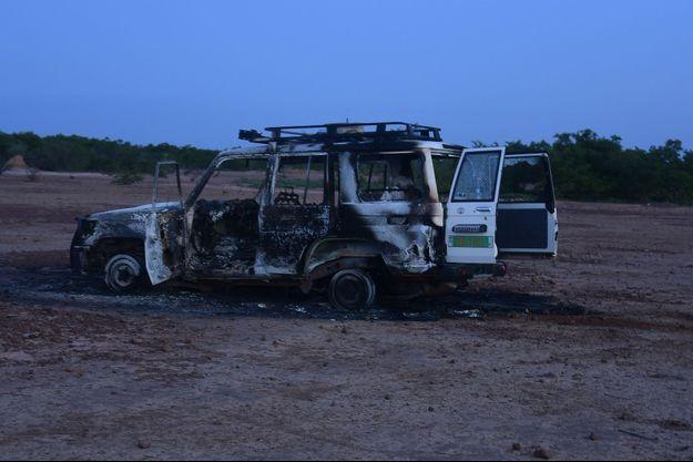 La voiture où se trouvait les victimes, après l'attaque.