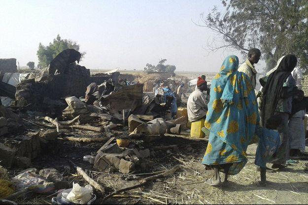 Les dégâts provoqués par le bombardement du camp de déplacés.
