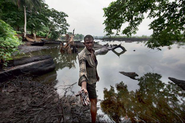 A B-Dere, au Nigeria, les eaux et les sols sont pollués par les fuites des exploitations pétrolières.