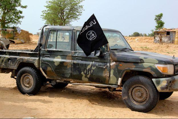 Un véhicule intercepté par les autorités nigeriannes avec le drapeau de l'ISWAP.