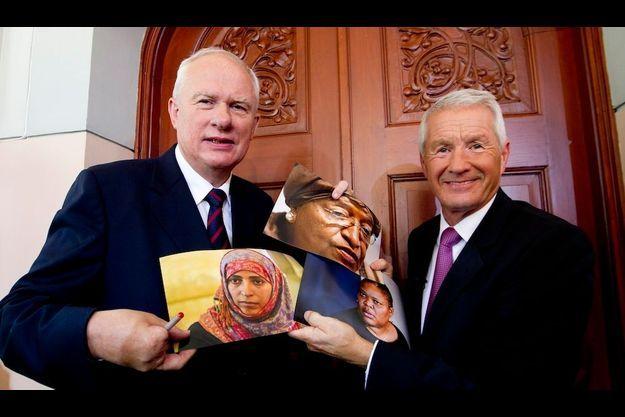Le directeur de l'Institut Nobel, Geir Lundestad et le chef du Comité Thorbjoern Jagland montrant des photos des trois lauréates 2011.