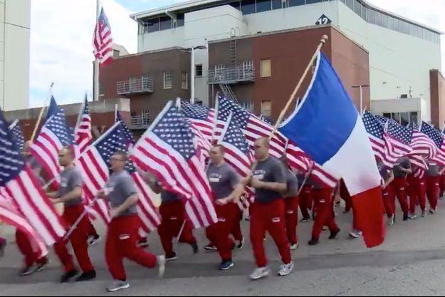 Les pompiers novices de New York brandissant le drapeau français mercredi.