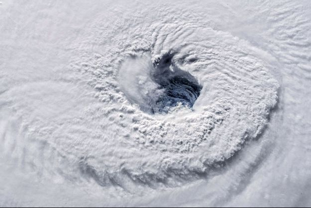 Florence saisi au-dessus de l'Atlantique par une caméra de la Station spatiale internationale le 12 septembre, alors que l'ouragan file vers les Etats-Unis