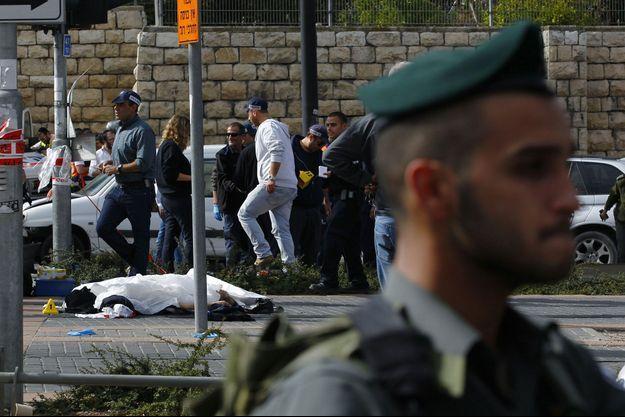 Le corps de Ibrahim al-Akar gisant sur le sol.
