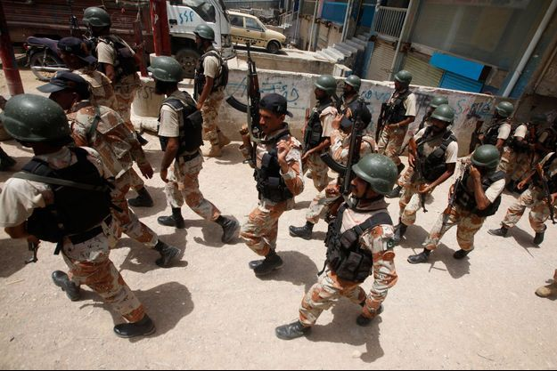 Les forces pakistanaises cherchent les extrémistes après l'attaque à Karachi, mardi 10 juin.