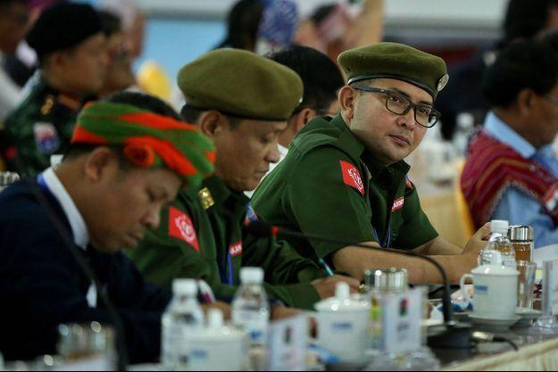 À droite, Tun Myat Naing, leader de l'Armée d'Arakan.