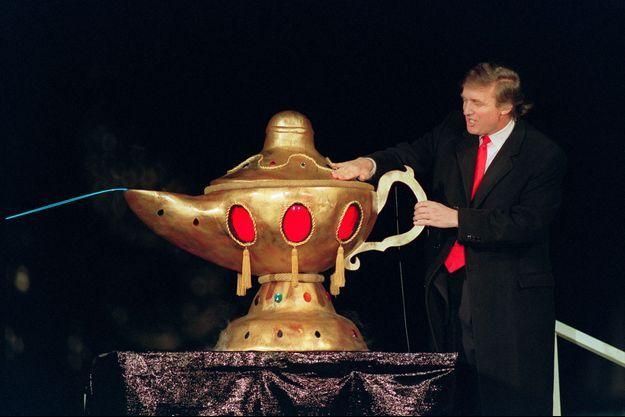 Donald Trump inaugure le Taj Mahal, un casino à Atlantic City étouffé par les dettes avant même son lancement, le 5 avril 1990.