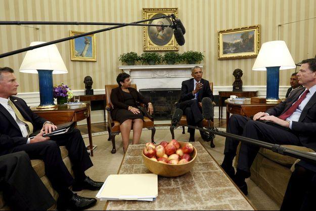 Barack Obama avec l'Attorney General Loretta Lynch, le directeur du Bureau of Alcohol, Tobacco, Firearms and Explosives (ATF) Thomas Brandon, et celui du FBI, James Comey, à la Maison Blanche pour parler de ce sujet ce mardi.