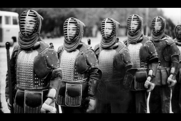 Sous le masque et la cuirasse des cavaliers de la légende, les soldats de la nouvelle Chine à l'entraînement.