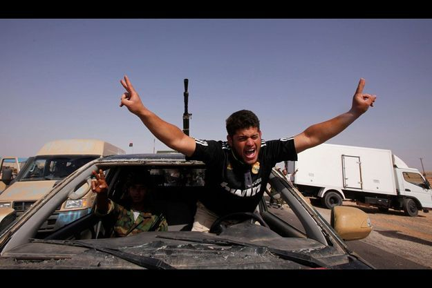 Des insurgés vendredi près du centre ville de Bani Walid, bastion des pro-Kadhafi.