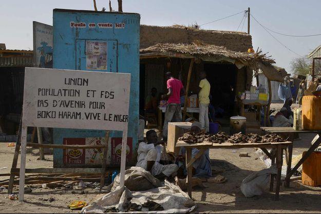 """Une affiche dit: """"pas de futur pour Boko Haram, longue vie au Niger"""" dans la ville de Bosso, à la frontière avec le Nigeria. (Photo prise en mai 2015)"""