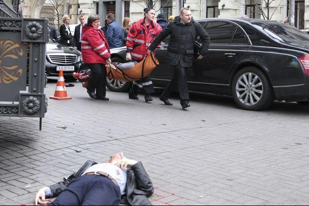 Le corps de Denis Voronenkov au sol à Kiev, le 23 mars 2017.