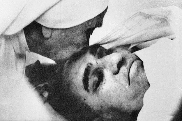 Le corps de l'archevêque Oscar Romero, exposé après son assassinat le 23 mars 1980.