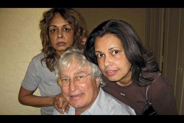A La Réunion, Francis Collomp, 63 ans, entre Anne-Marie, sa femme, et Annésie, sa belle-sœur. Le couple envisageait de prendre sa retraite dans l'île de l'océan Indien, où il venait d'acheter un appartement.