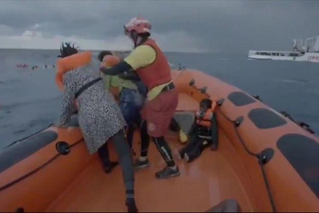 La mère du petit Joseph (à gauche) cherche son bébé après avoir été secourue dans une vidéo diffusée par l'ONG Open Arms.