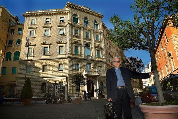 A Rome, le père Lombardi devant la curie générale des jésuites, Borgo Santo Spirito, près de la basilique Saint-Pierre.