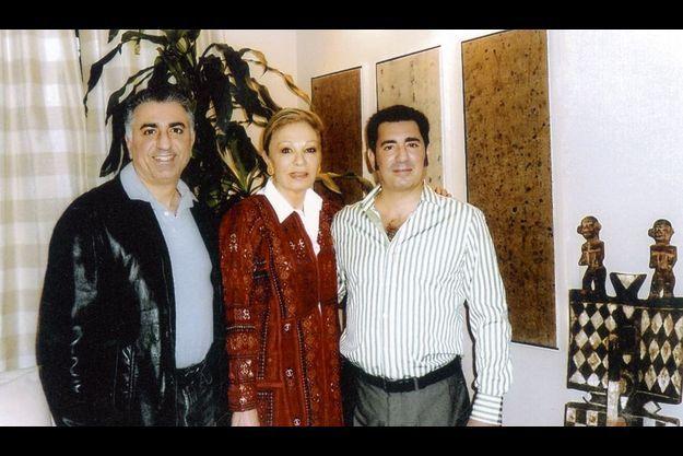 Sur ce dernier cliché familial, pris il y a quelques semaines dans le salon de son appartement parisien, Sa Majesté avec ses deux fils, Reza, 50 ans (à g.), et Ali Reza, 44 ans.