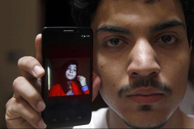 Hassan Khan montrant une photo de sa femme, Zeenat Rafiq, qui a été brûlée vive par sa propre mère qui s'opposait à leur union.