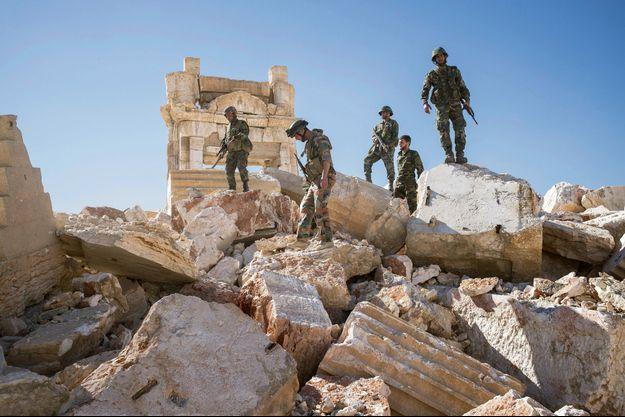 Des soldats syriens dans les débris du temple de Bêl