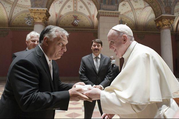 Le traditionnel échange de cadeaux avec ses hôtes, Viktor Orban et le président hongrois, Janos Ader (au centre), au musée des Beaux-Arts. Le Premier ministre a ainsi remis à François la copie d'une lettre du roi hongrois Béla IV (XIIIe siècle) réclamant l'aide du pape Innocent IV pour contrer l'invasion mongole.