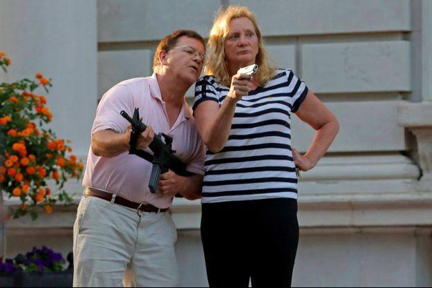 Mark et Patricia McCloskey sur leur terrain à St Louis, le 28 juin 2020.