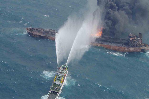 Un navire tente d'éteindre l'incendie sur le tanker Sanchi.