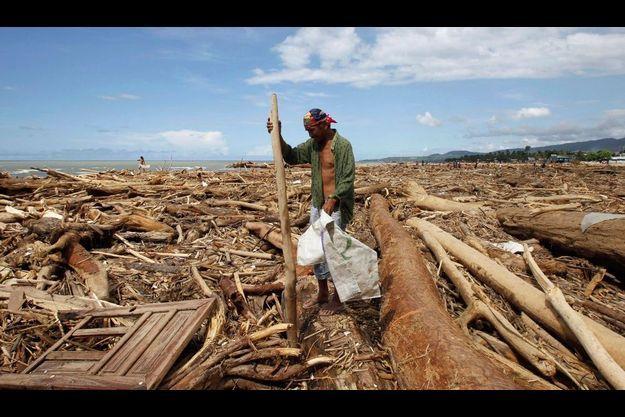 Un homme parmis els décombres à proximité d'Iligan