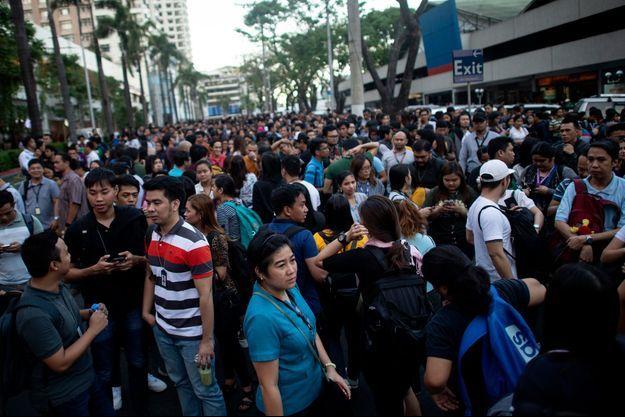 La foule est descendue dans les rues de Manille, la capitale, où le séisme a été ressenti.