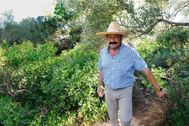 Phillip Robert Witcomb serait Roberto Sendoya Escobar, l'aîné du criminel mort en 1993. Ici dans son jardin, le 28 août.