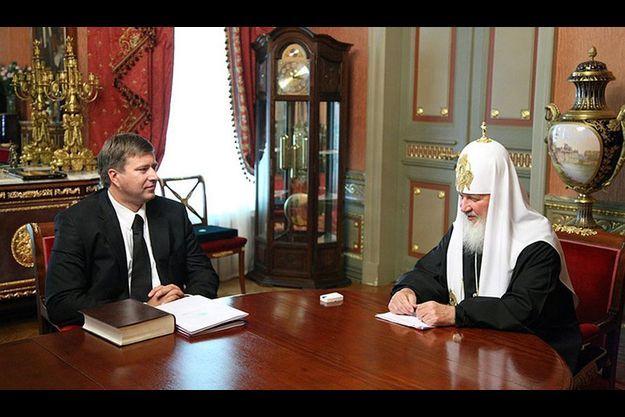 Si la montre a bien été effacée au poignet du chef de l'église russe, son reflet a en revanche été oublié...