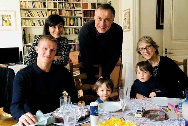 Le lieutenant Pierre Bockel vient de souffler ses 28 bougies. Derrière lui, Camille, sa fiancée, Jean-Marie et Marie-Odile Bockel et deux de ses neveux. A Mulhouse, en février 2019.