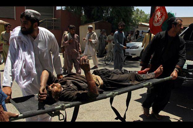 Un blessé pris en charge après une explosion en Afghanistan le 22 juin.