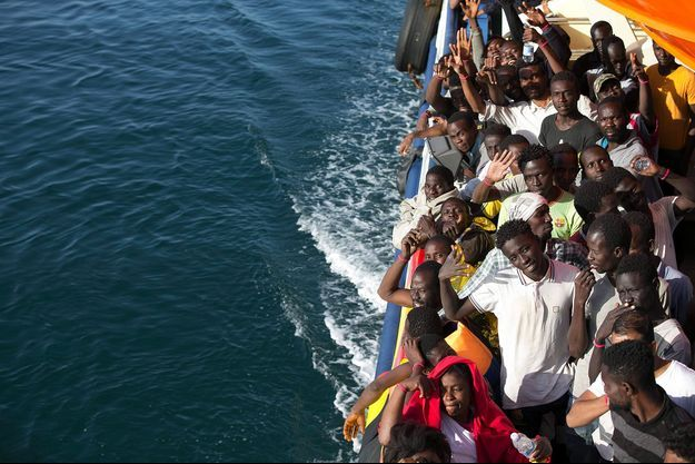 Des migrants recueillis sur un bateau de sauvetage