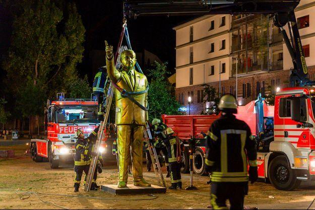 Les pompiers retirent la statue de Recep Tayyip Erdogan dans la nuit de mardi à mercredi, à Wiesbaden en Allemagne.