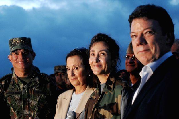 Ingrid Betancourt et Juan Manuel Santos (à droite) en 2008, lors de sa libération des mains des Farc.