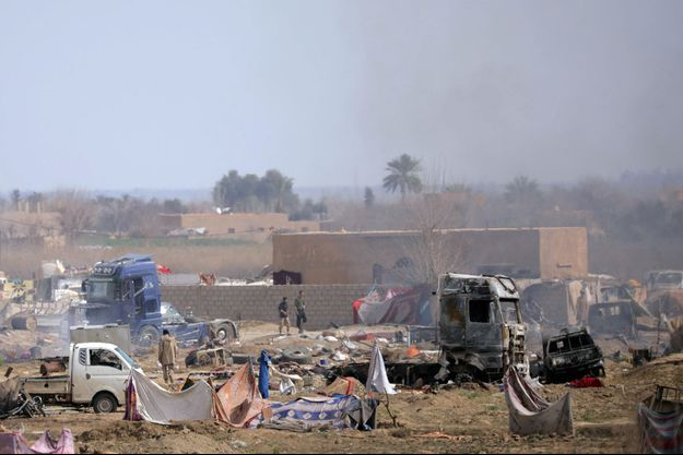 Des soldats de l'Etat islamique dans le village de Baghouz, dans la province de Deir Ezzor.