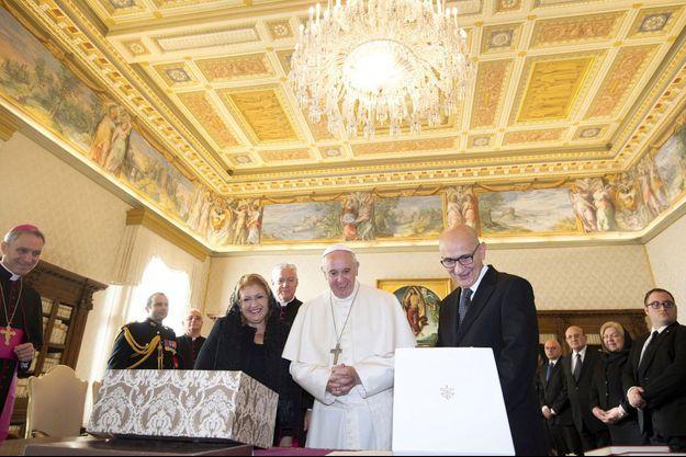 Le pape François avec la présidente maltaise, Marie-Louise Coleiro Preca, et son mari Edgar, samedi au Vatican