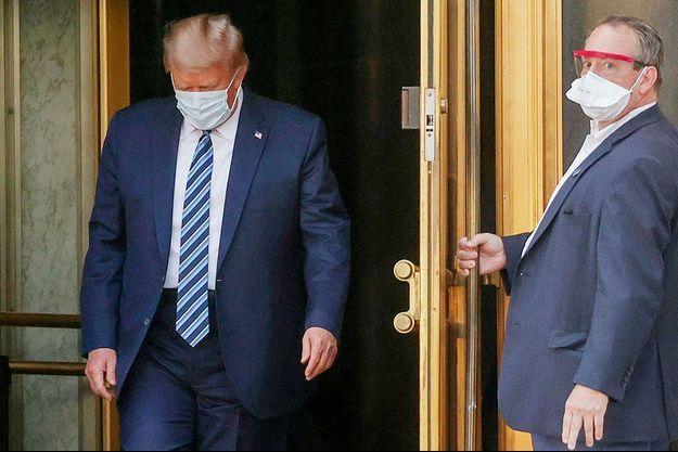 Donald Trump quitte l'hôpital Walter-Reed, lundi soir, trois jour après son admission.