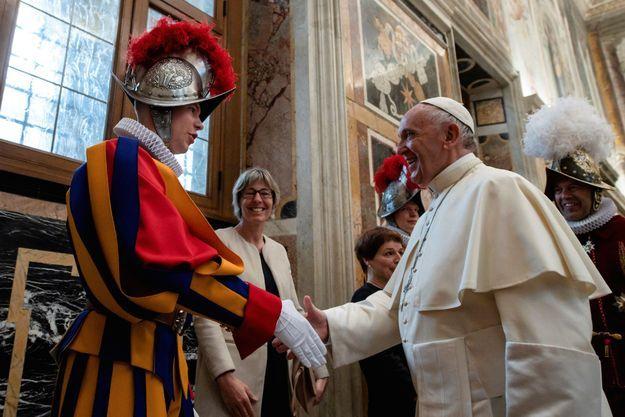 Le pape François et un garde suisse, au Vatican le 4 mai 2018.