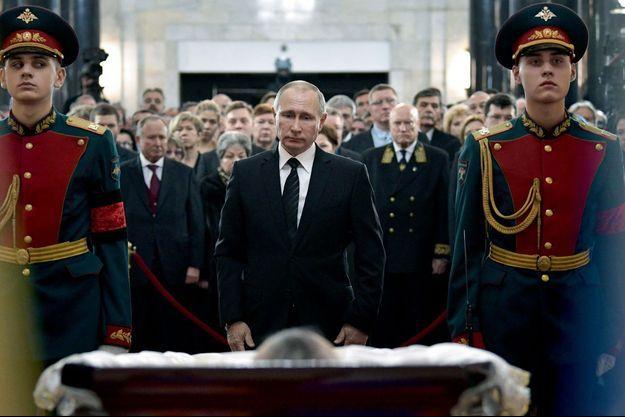 Vladimir Poutine et tout le gouvernement, réunis autour du cercueil de l'ambassadeur Andreï Karlov