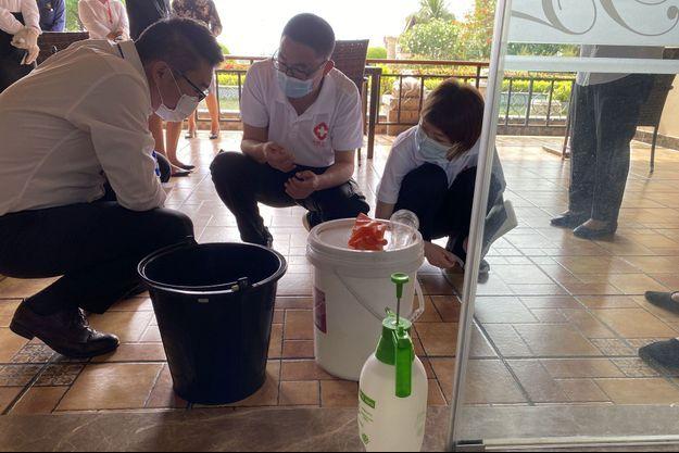 Inspection dans un hôtel de Vientiane, au Laos, le 6 mai 2021