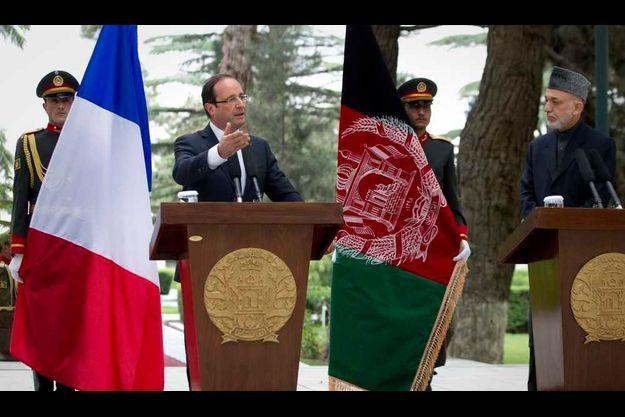 François Hollande au côté de son homologue afghan, Hamid Karzaï.