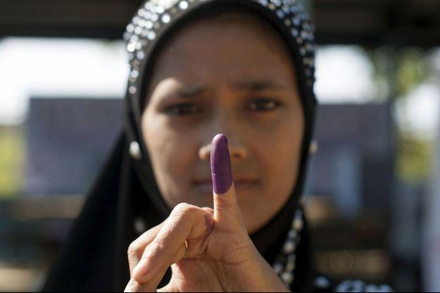 Une Birmane sortant d'un bureau de vote dans un camp de réfugiés de Sittwe, dans l'est du pays.