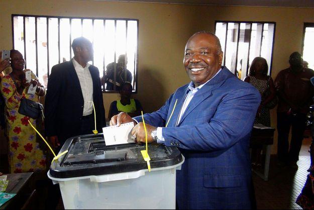 Ali Bongo en train de voter